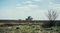Un trattore sui campi